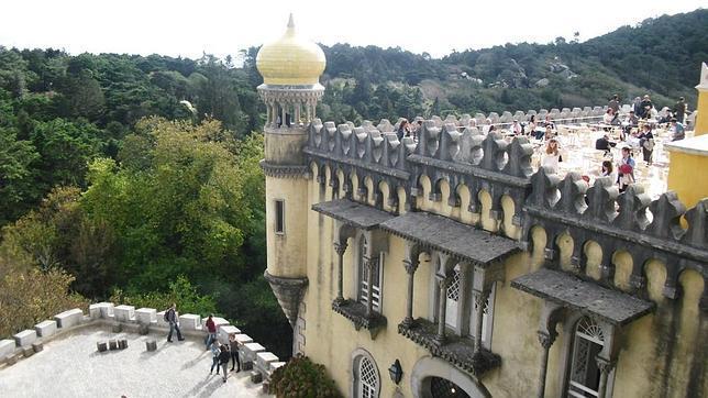 El Palacio da Pena de Sintra está a un tiro de piedra de la Costa de Estoril