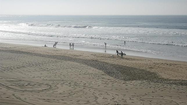 La playa de Carcavelos es un punto de encuentro para surfistas