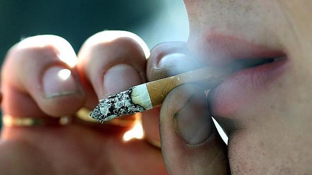 Reino Unido estudia prohibir fumar a pacientes y personal sanitario en las puertas de los hospitales