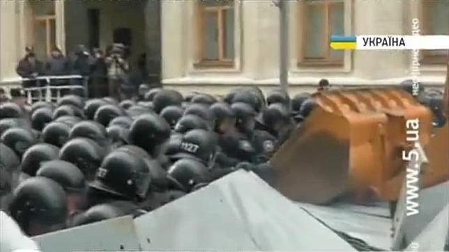 Manifestantes en Ucrania embisten a la Policía con una excavadora