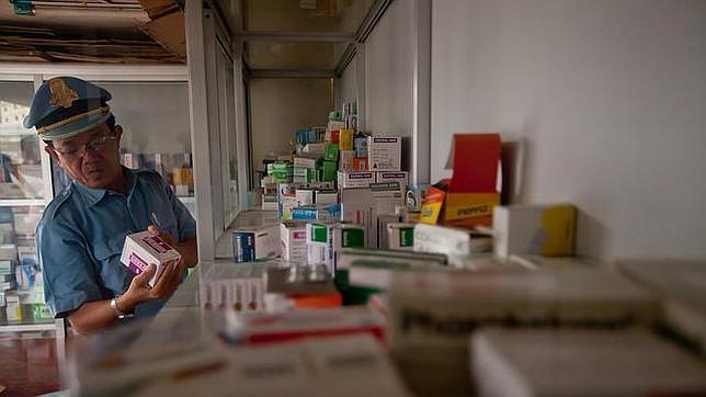 Un agente de aduanas revisa una serie de medicamentos falsos