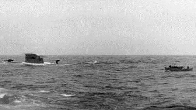La lancha de Balme, a punto de abordar el U-110, que ya tenía la popa hundida