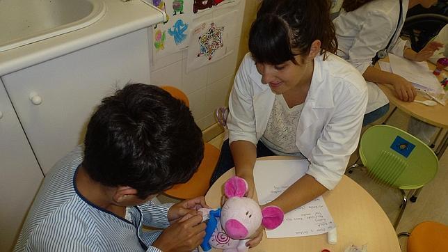 Los niños pierden el miedo a los médicos gracias al «hospital de ositos»