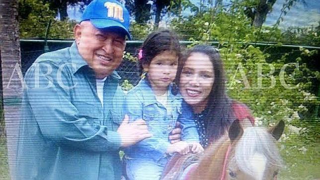 Foto familiar de Hugo Chávez, Nidia Fajardo y Sara Manuela