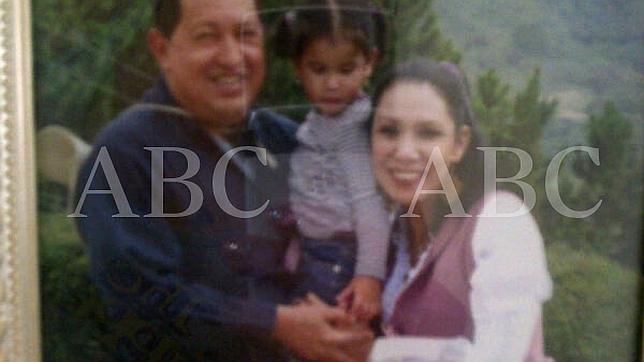 Hugo Chávez y Nidia Fajardo sostienen a Sara Manuela y cruzan sus manos