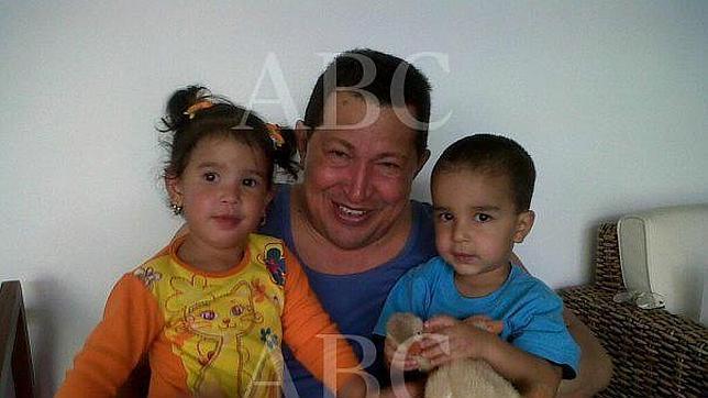 Sara Manuela junto a un nieto de Hugo Chávez