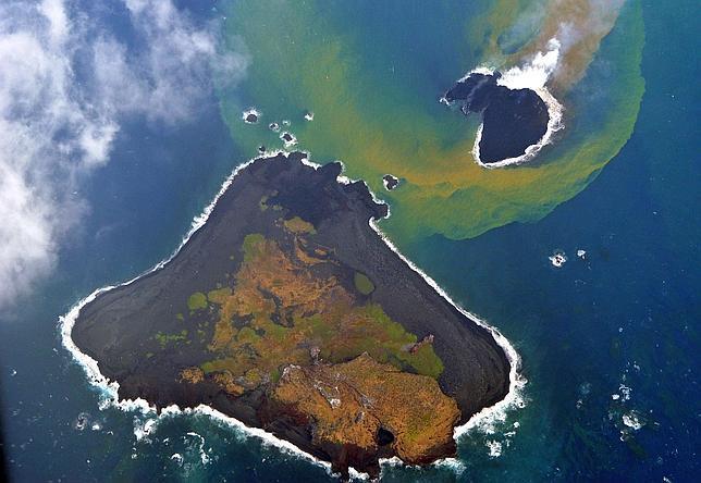 La nueva isla japonesa surgida de un volcán duplica su tamaño