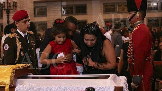 Nidia Fajardo y su hija, ante los restos de Chávez