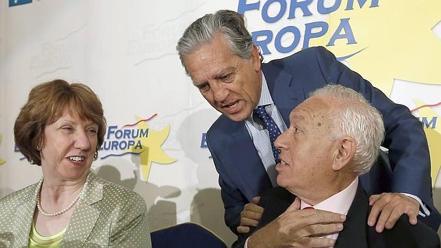 El ministro de Asuntos Exteriores, José Manuel García-Margallo (d.), el diputado del PSOE, Diego López Garrido, y Catherine Ashton