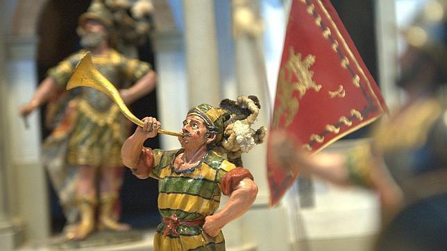 Un heraldo toca su trompeta a las puertas del Palacio de Herodes