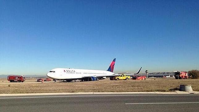 Un avión de Delta Air Lines aterriza fuera de pista en Barajas y le estalla el tren de aterrizaje