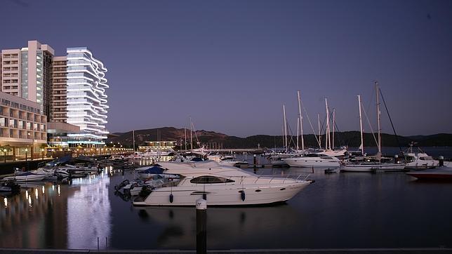 Situado junto a la marina de Troia, el hotel cuenta con un moderno diseño