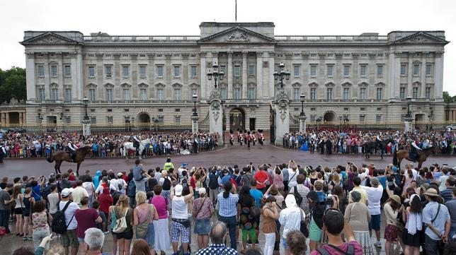 Turistas delante de Buckingham Palace