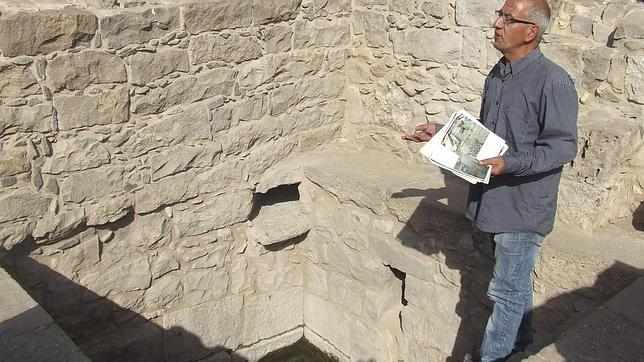 En la foto el arqueólogo de la Autoridad de Antigüedades de Israel Arfan Najar junto a uno de los baños rituales judíos