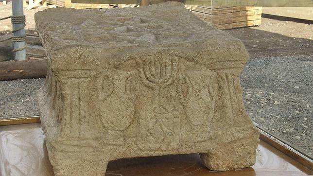 En la foto el altar con una Menorá, candelabro judío de siete brazos, grabado en piedra caliza, encontrado en la sinagoga del sitio histórico de Magdala