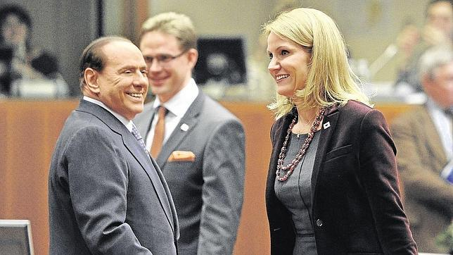 Berlusconi sonríe a Thorning-Schmidt antes de mirarle el trasero