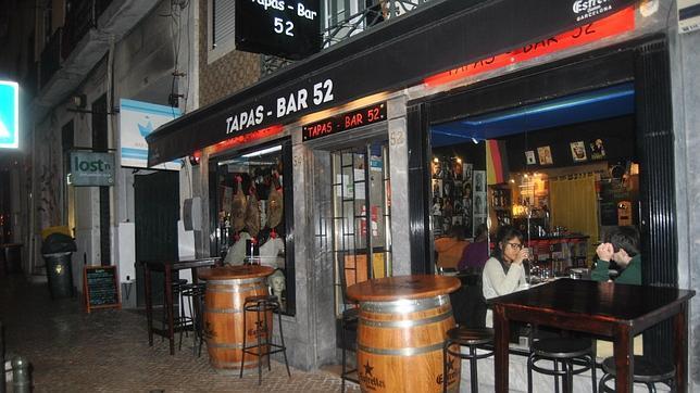 Este bar cuenta con una larga lista de tapas españolas