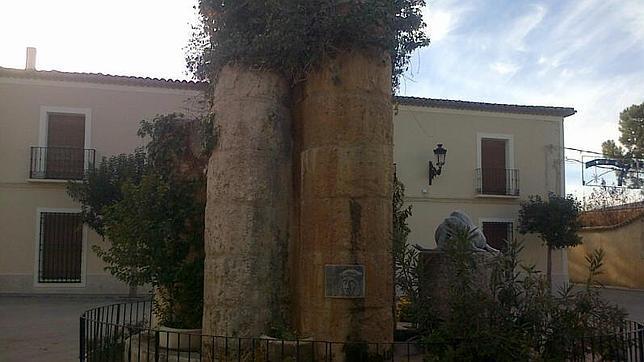 Casa de Santa María donde presumiblemente murió el capitán poeta. Delante de la fachada hay un monumento-glorieta a Jorge Manrique