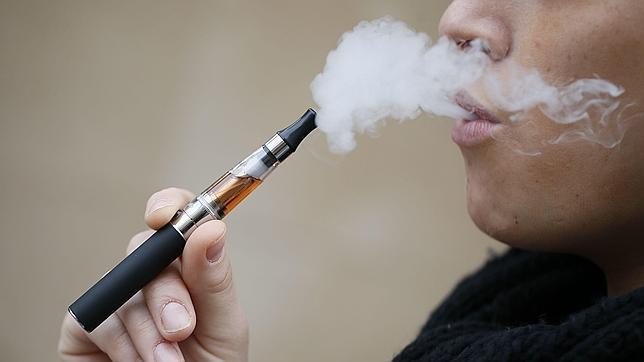 Sanidad quiere prohibir el cigarrillo electrónico en espacios públicos cerrados