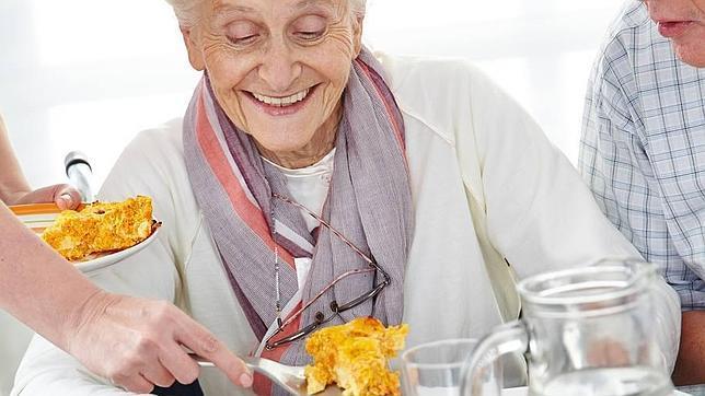 Cinco trucos para que los mayores no abusen de la comida en navidades