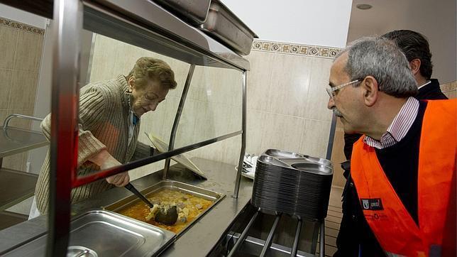 Voluntarios del Ayuntamiento de Madrid trasladan comida a un comedor social de Madrid