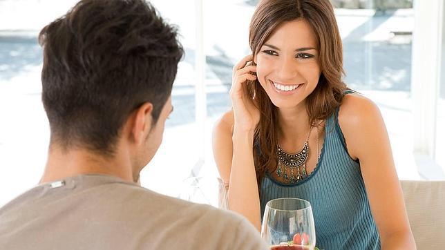Cuando a una mujer le atrae un hombre juega con el cabello