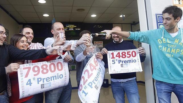 Imagen de los dueños de la administración número 3 de Manises con los tres premios repartidos