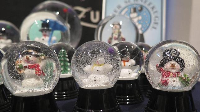 ¿De qué está hecha la nieve encerrada en las bolas de cristal?