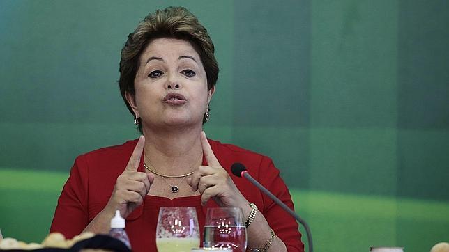 Rousseff aumenta el salario mínimo de Brasil cerca de un 7%