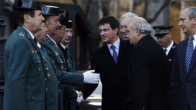 Manuel Valls, en compañía de su colega español, saluda a los mandos de la Guardia Civil