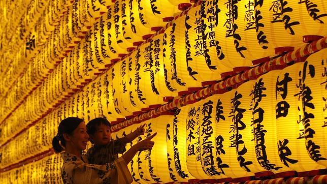 Dos visitantes en el santuario de Yasukuni, en una imagen de archivo