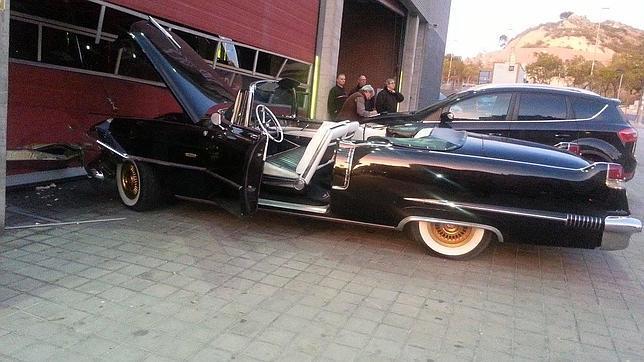 El coche del rey Baltasar, sin frenos, se estrella contra el parque de Bomberos