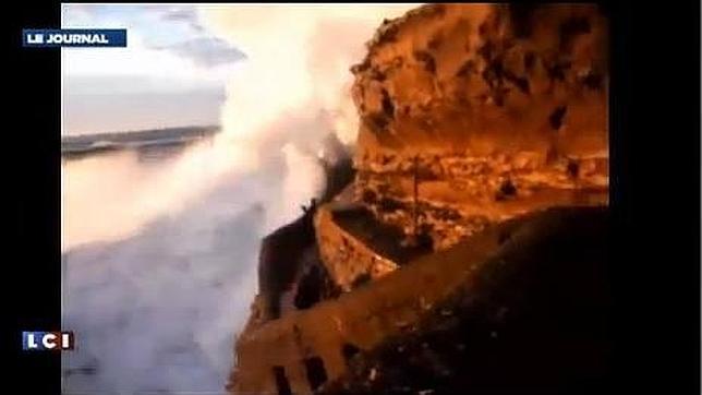 Una impresionante ola se lleva a una mujer en Biarritz