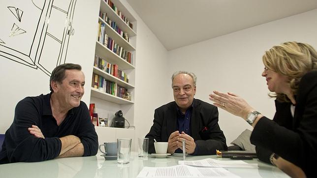 De izquierda a derecha, André Gabastou, Enrique Vila-Matas y Mercedes Monmany, durante la conversación celebrada en Madrid