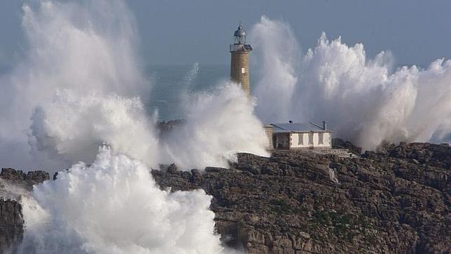 Olas rompiendo en 2011 contra el faro de la isla de Mouro, en la bocana del puerto de Santander