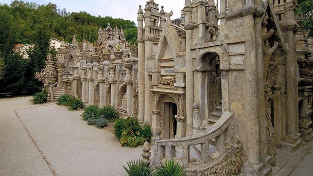 Una de las fachadas del «Palacio Ideal»