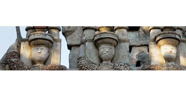 Gigantes a la entrada del «Palacio Ideal» de Ferdinand Cheval