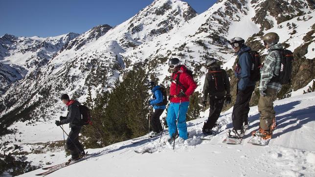 Preparados para el fuera de pista en Arcalis, dentro del dominio de Vallnord, en Andorra
