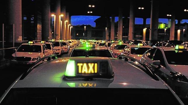 Las cinco claves de la «guerra» del taxi por la nueva tarifa fija a Barajas