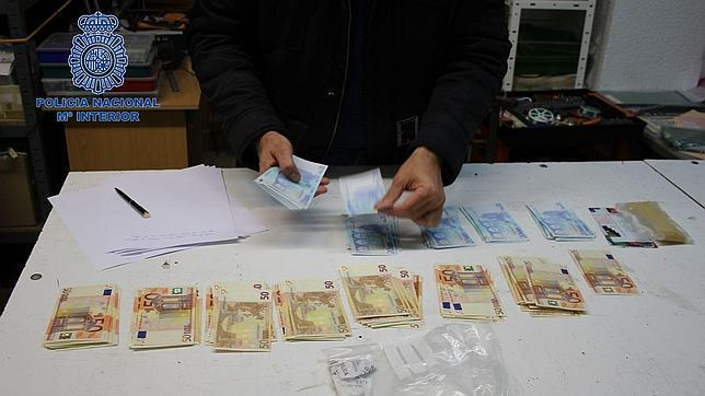 Un hombre vivía gracias a los billetes de 50 y 20 euros que «fabricaba» en casa