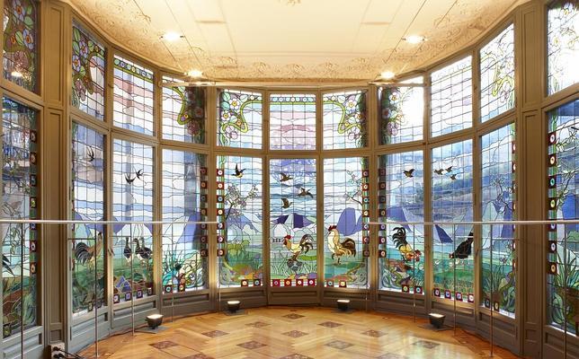 Vista de los vitrales que decoran el comedor de la vivienda