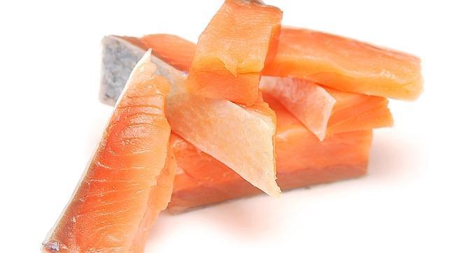 Salmón y otros pescados azules son una buena fuente de los saldables omega-3