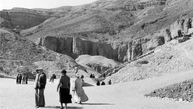 El descubrimiento de la tumba del faraón Tutankamón en 1922 por el egiptólogo inglés Howard Carter en el Valle de los Reyes, marcó un antes y un después en el estudio de la egiptología y el turismo a Egipto. Colección Egipto 1930