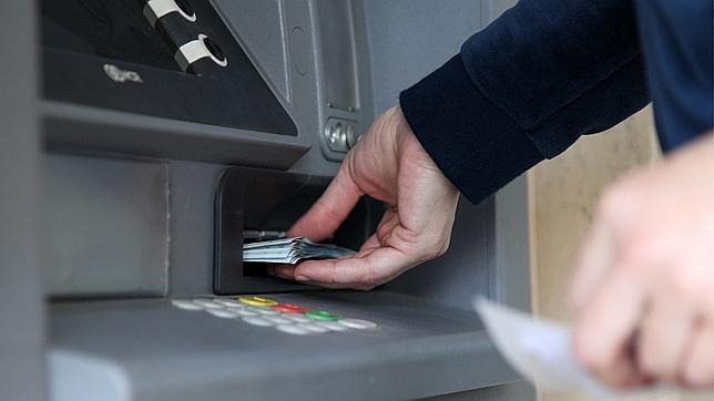 Un usuario sacando dinero de un ATM en Chipre