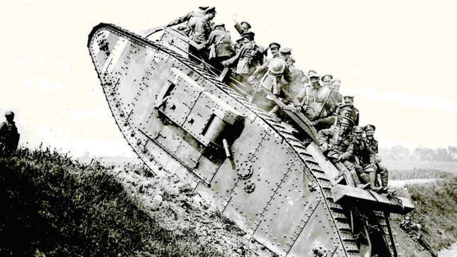 Soldados canadienses a bordo de un Mark I, el primer carro de combate que actúo en un campo de batalla