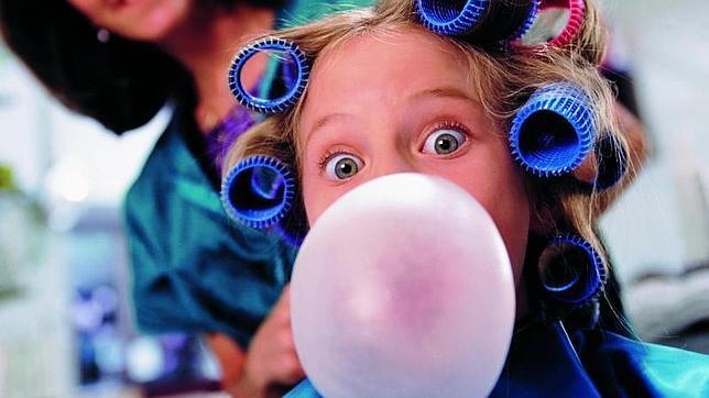 Masticar demasiado chicle aumenta las migrañas en niños y adolescentes