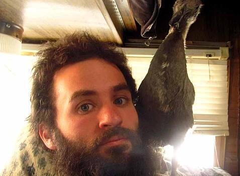 Un joven de EE.UU. cría a un pato debajo de su barba