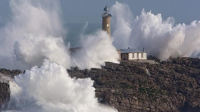 El faro de la isla de Mouro, situado en la bocana del Puerto de Santander