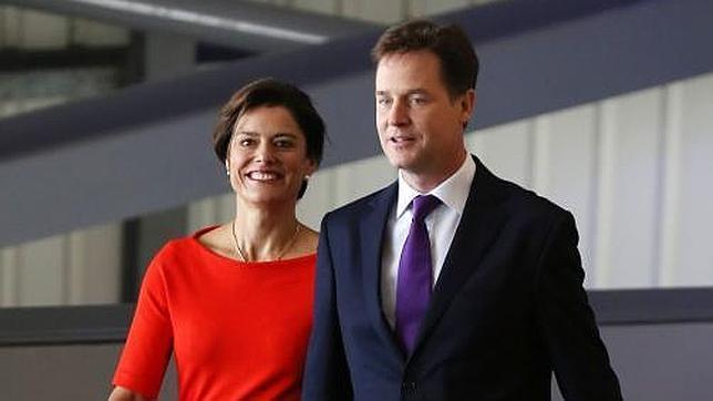 Nick Clegg exige que no «arrastren» a su mujer Miriam en un escándalo político