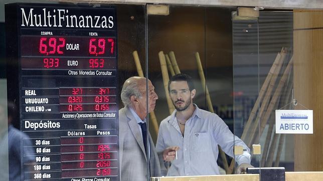 El peso argentino continúa su caída libre